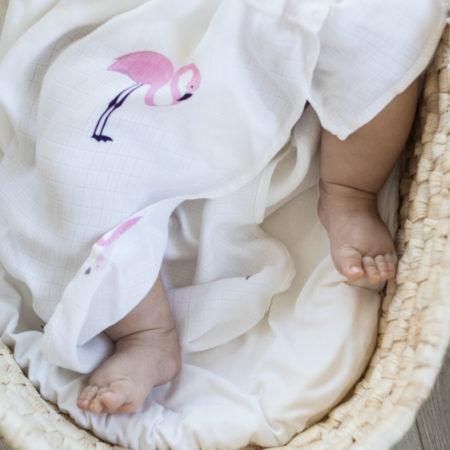 Miękka muślinowa pieluszka od PETITE LAURE otulacz bambusowy. Zestaw otulaczy dla niemowlaka idealny na prezent.