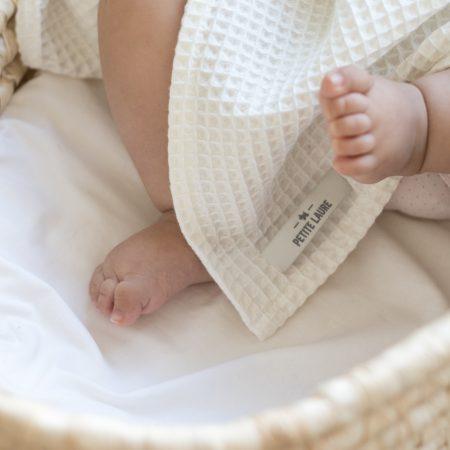 Kremowy kocyk bawełniany od Petite Laure, otulacz dla niemowlaka. Doskonale sprawdzi się jako kołderka dla dziecka, kocyk do wózka.