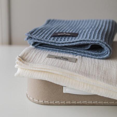 Zestaw prezentowy dla niemowlęcia #7 : Niemowlęcy bawełniany kocyk wafelkowy oraz bawełniany otulacz.